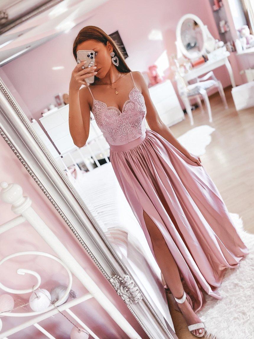 Długa suknia na cienkich ramiączkach z rozcięciem pudrowa A001